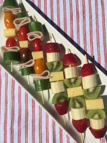 SANDWICH SKEWERS Kids love anything on a stick! Take turkey slices, veggies, cheese (whatever you have in your fridge), and cut in 1-inch cubes. Skewer in fun patterns on stick. Also great with fruit and cheese. Photo courtesy of Petite Nutrition.